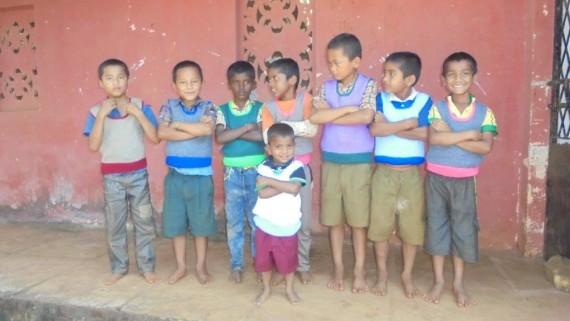 la contentezza dei bimbi di Samparc che indossano i gilet di nonna Isa.